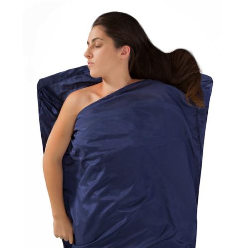 femme dort dans drap de sac soie/conton mummy